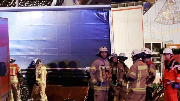 Vụ xe tải lao vào chợ Noel tại Đức có thể do khủng bố - Ảnh 4.