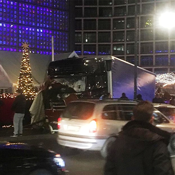 Vụ xe tải lao vào chợ Noel tại Đức có thể do khủng bố - Ảnh 5.