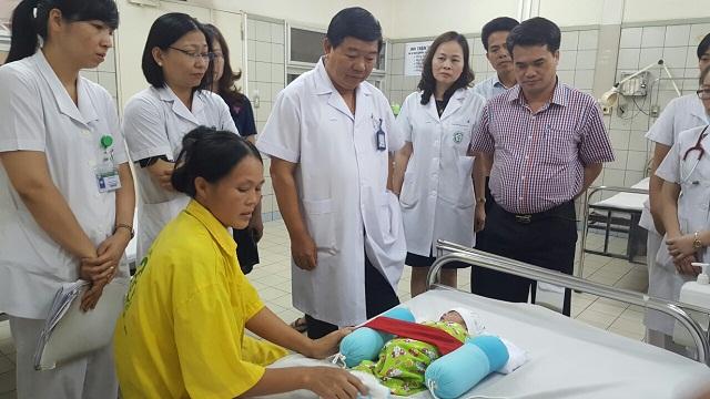 Em bé được mổ lấy thai từ mẹ bị tim bẩm sinh đã xuất viện - Ảnh 1.