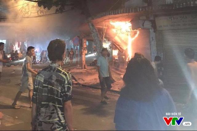 Cháy nổ rình rập các hộ kinh doanh tại phố cổ Hà Nội - Ảnh 2.