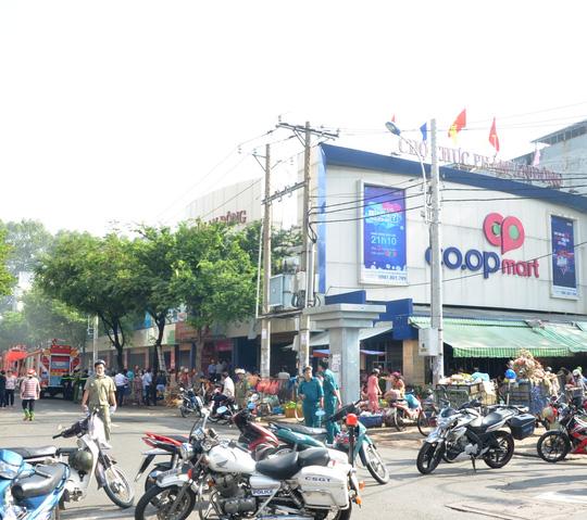 TP HCM: Cháy siêu thị Co.opmart, nhiều người bị mắc kẹt - Ảnh 1.