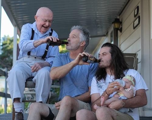 Gia đình nhiều thế hệ được thu bé lại vừa bằng một bức ảnh - Ảnh 1.