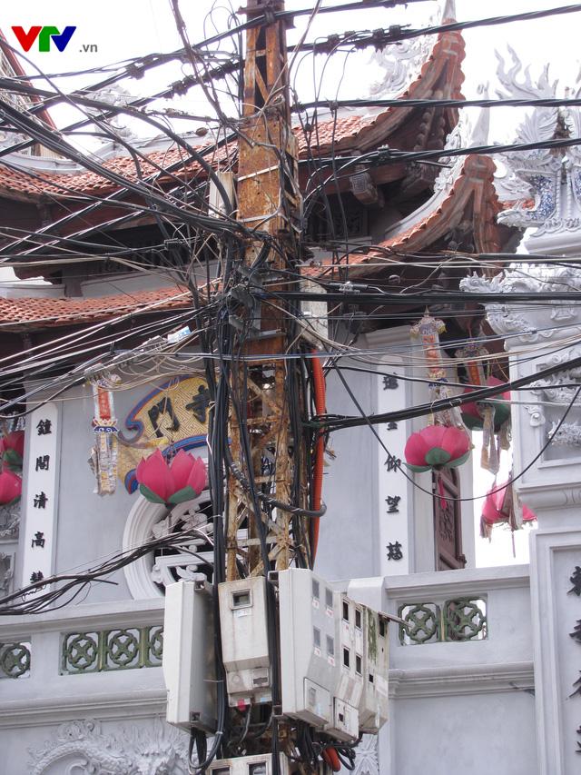 Nguy cơ cháy nổ từ những tổ nhện trên đường phố Hà Nội - Ảnh 5.
