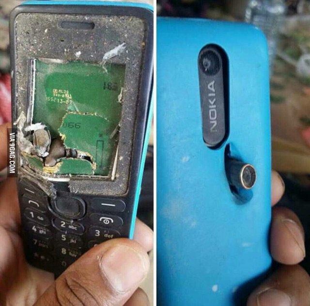"""Thoát chết trong gang tấc nhờ điện thoại """"cục gạch"""" Nokia 301 - Ảnh 1."""