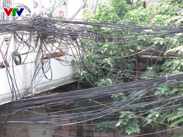 Nguy cơ cháy nổ từ những tổ nhện trên đường phố Hà Nội - Ảnh 9.