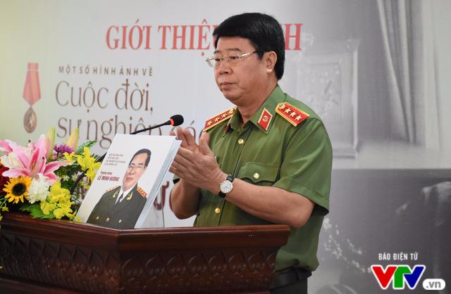 Ra mắt cuốn sách về cuộc đời, sự nghiệp cách mạng của cố Bộ trưởng Lê Minh Hương - Ảnh 1.