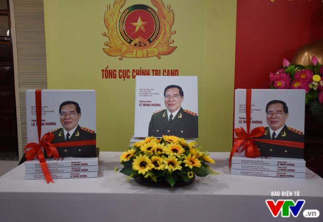 Ra mắt cuốn sách về cuộc đời, sự nghiệp cách mạng của cố Bộ trưởng Lê Minh Hương - Ảnh 2.