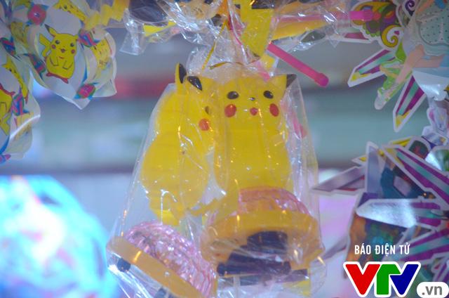 Ăn theo cơn sốt Pokemon, Pikachu ngập phố Trung thu - Ảnh 2.