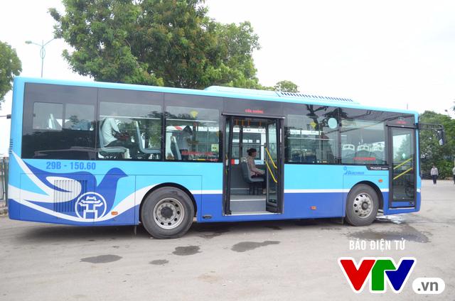 Trải nghiệm tuyến xe bus mới mang màu xanh hòa bình tại Hà Nội - Ảnh 2.