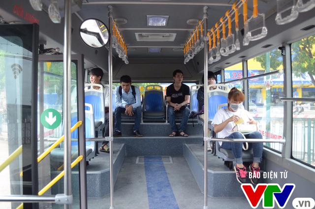 Trải nghiệm tuyến xe bus mới mang màu xanh hòa bình tại Hà Nội - Ảnh 5.