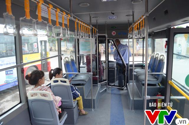 Trải nghiệm tuyến xe bus mới mang màu xanh hòa bình tại Hà Nội - Ảnh 4.