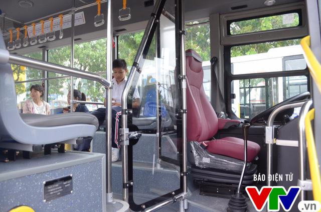 Trải nghiệm tuyến xe bus mới mang màu xanh hòa bình tại Hà Nội - Ảnh 6.