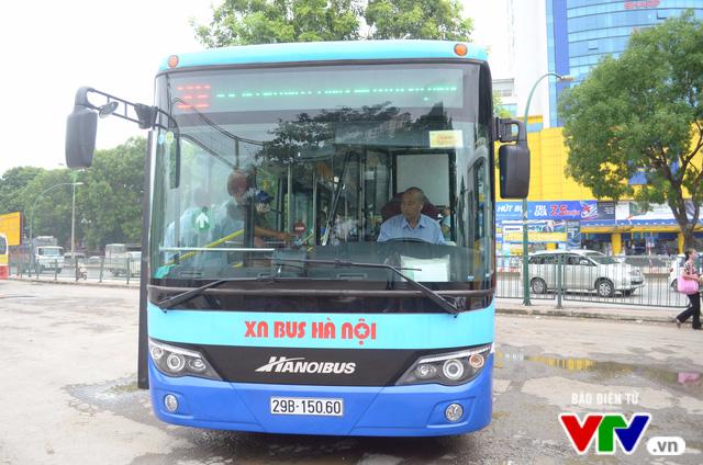 Trải nghiệm tuyến xe bus mới mang màu xanh hòa bình tại Hà Nội - Ảnh 1.
