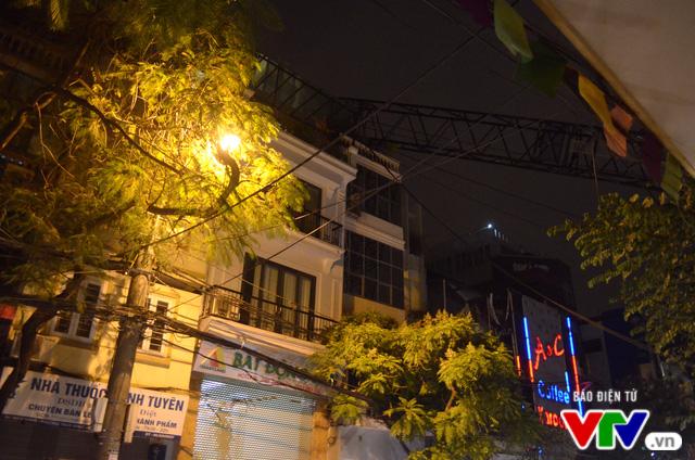 Cần cẩu bất ngờ đổ sập vào nhà dân trên đường Thụy Khuê - Ảnh 2.