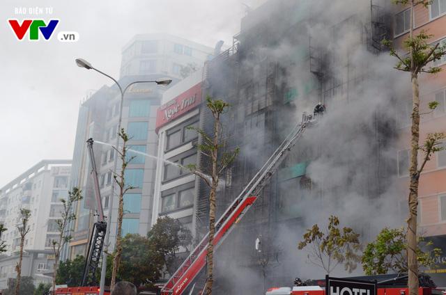 Cháy lớn tại Trần Thái Tông, nhiều người bị kẹt - Ảnh 1.
