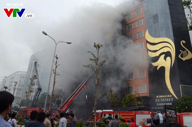 Cháy lớn tại Trần Thái Tông, nhiều người bị kẹt - Ảnh 13.