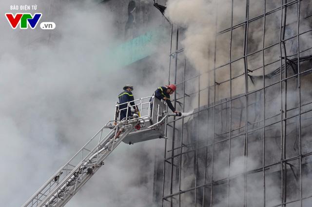 Cháy lớn tại Trần Thái Tông, nhiều người bị kẹt - Ảnh 15.