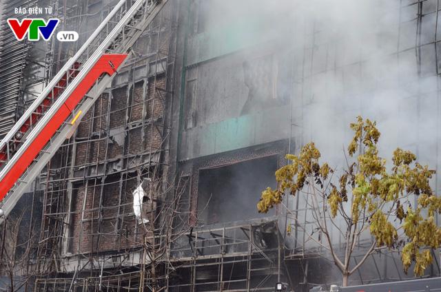 Cháy lớn tại Trần Thái Tông, nhiều người bị kẹt - Ảnh 16.