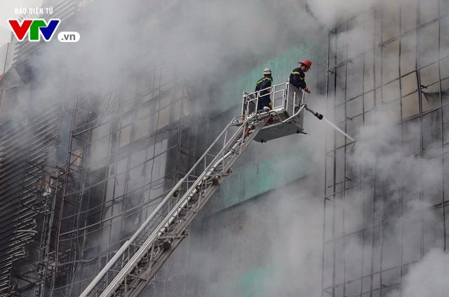 Hiện trường ngổn ngang, kinh doanh đình trệ sau vụ cháy trên đường Trần Thái Tông - Ảnh 1.