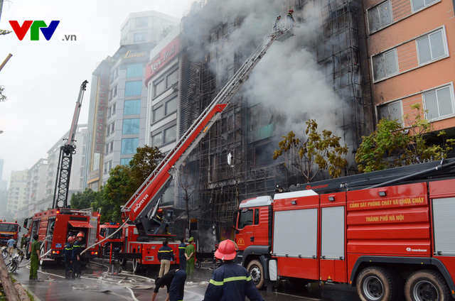 Cháy lớn tại Trần Thái Tông, nhiều người bị kẹt - Ảnh 6.