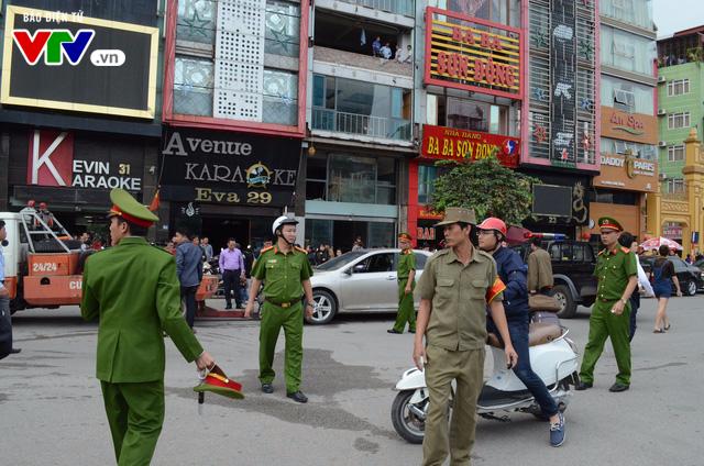 Cháy lớn tại Trần Thái Tông, nhiều người bị kẹt - Ảnh 4.