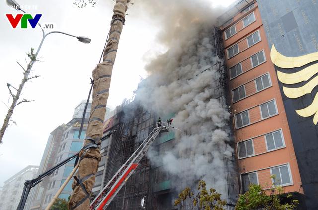 Cháy lớn tại Trần Thái Tông, nhiều người bị kẹt - Ảnh 3.