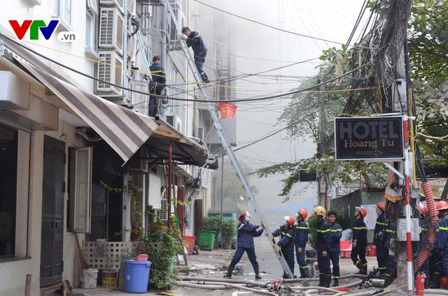 Cháy lớn tại Trần Thái Tông, nhiều người bị kẹt - Ảnh 9.
