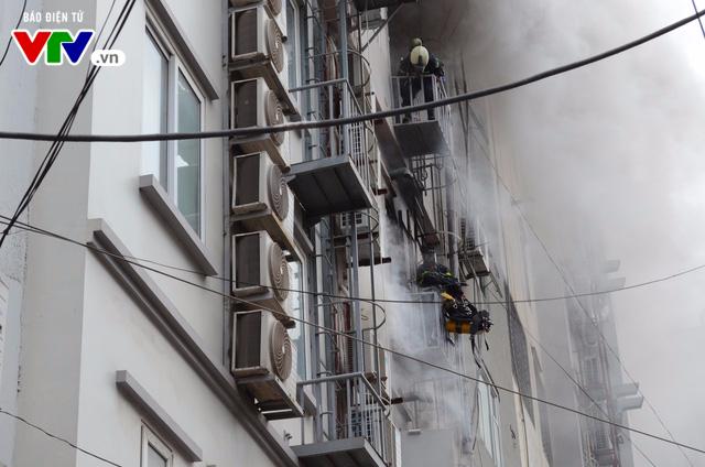 Cháy lớn tại Trần Thái Tông, nhiều người bị kẹt - Ảnh 10.