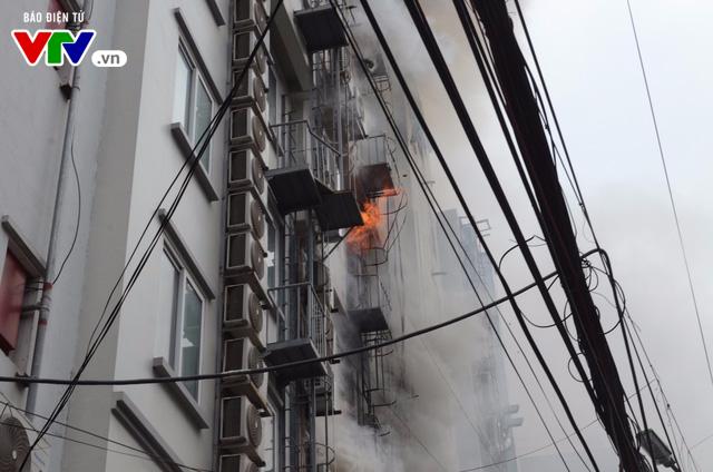 Cháy lớn tại Trần Thái Tông, nhiều người bị kẹt - Ảnh 8.
