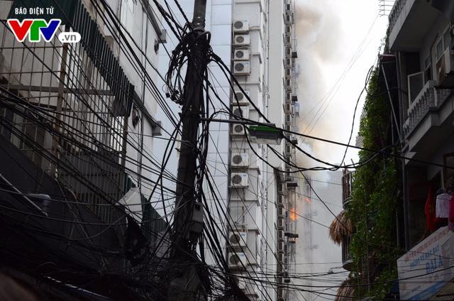 Cháy lớn tại Trần Thái Tông, nhiều người bị kẹt - Ảnh 11.