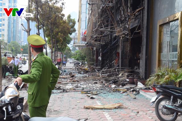 Hiện trường ngổn ngang, kinh doanh đình trệ sau vụ cháy trên đường Trần Thái Tông - Ảnh 2.