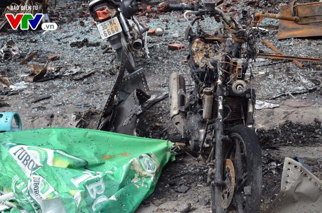 Hiện trường ngổn ngang, kinh doanh đình trệ sau vụ cháy trên đường Trần Thái Tông - Ảnh 3.