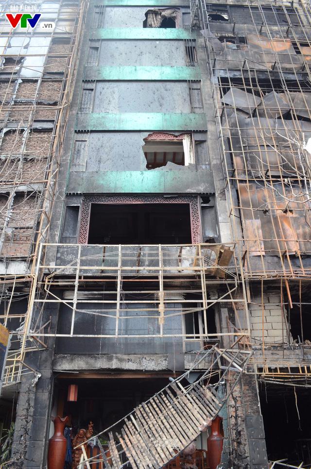 Hiện trường ngổn ngang, kinh doanh đình trệ sau vụ cháy trên đường Trần Thái Tông - Ảnh 11.
