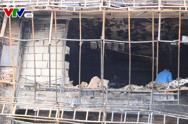 Hiện trường ngổn ngang, kinh doanh đình trệ sau vụ cháy trên đường Trần Thái Tông - Ảnh 10.