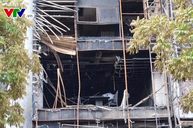 Hiện trường ngổn ngang, kinh doanh đình trệ sau vụ cháy trên đường Trần Thái Tông - Ảnh 8.