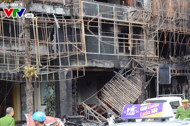 Hiện trường ngổn ngang, kinh doanh đình trệ sau vụ cháy trên đường Trần Thái Tông - Ảnh 7.