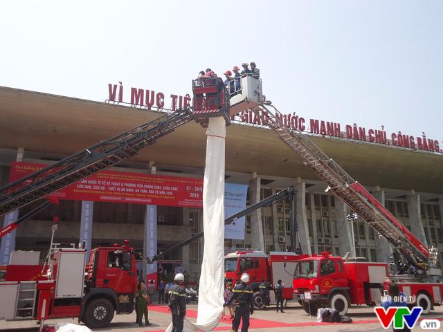 Tìm hiểu kỹ năng chữa cháy, thoát nạn tại Triển lãm quốc tế về PCCC 2016 - Ảnh 4.