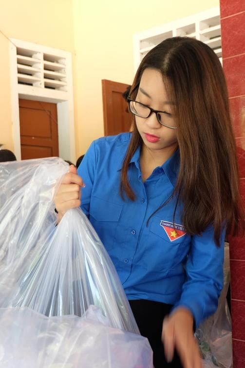 Hoa hậu Mỹ Linh, Á hậu Thanh Tú vận động quyên góp 330 triệu cho đồng bào lũ lụt - Ảnh 1.