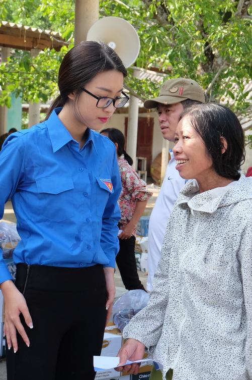 Hoa hậu Mỹ Linh, Á hậu Thanh Tú vận động quyên góp 330 triệu cho đồng bào lũ lụt - Ảnh 2.