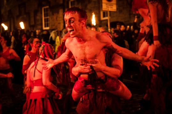 Độc đáo lễ hội lửa tại Scotland - Ảnh 5.
