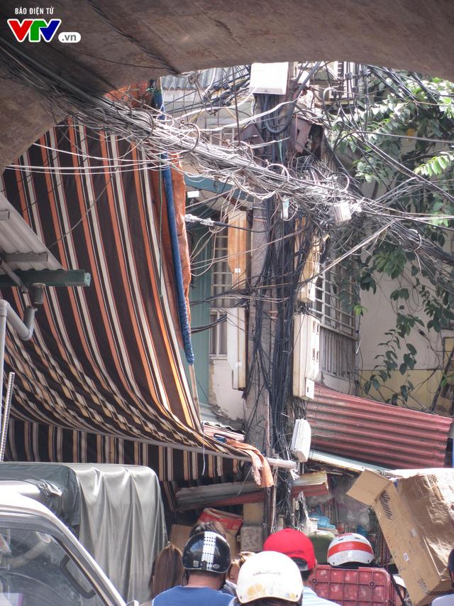 Nguy cơ cháy nổ từ những tổ nhện trên đường phố Hà Nội - Ảnh 10.