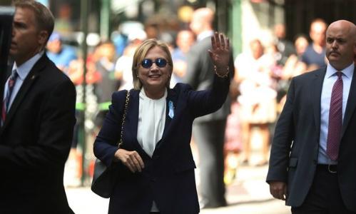 """Ứng cử viên Hillary Clinton rời lễ tưởng niệm 11/9 vì bị """"quá nóng"""" - Ảnh 1."""