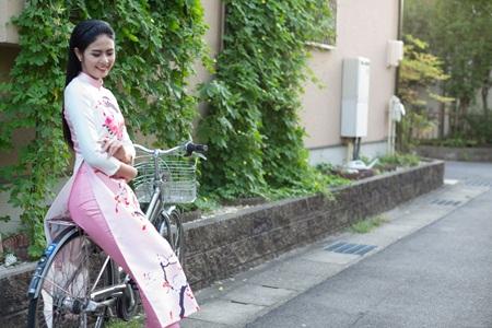Ngọc Hân đấu giá áo dài tại Nhật để làm từ thiện - Ảnh 1.