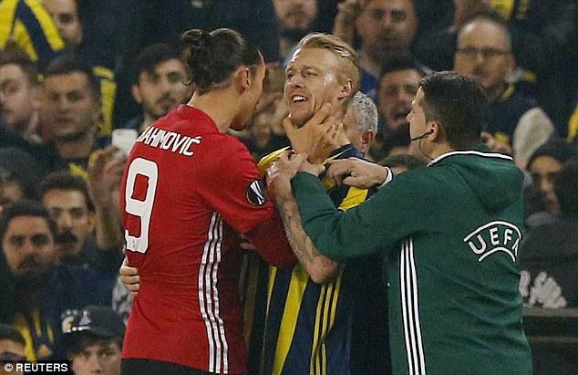 Ibrahimovic suýt nhận thẻ đỏ vì hành vi bạo lực - Ảnh 1.