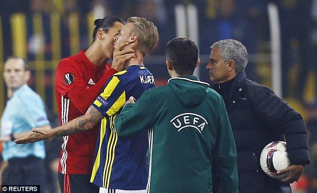 Ibrahimovic suýt nhận thẻ đỏ vì hành vi bạo lực - Ảnh 2.