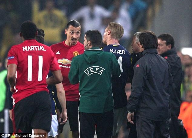 Ibrahimovic suýt nhận thẻ đỏ vì hành vi bạo lực - Ảnh 4.
