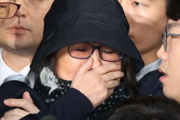 Hàn Quốc chính thức bắt giữ bà Choi Soon-sil - Ảnh 1.