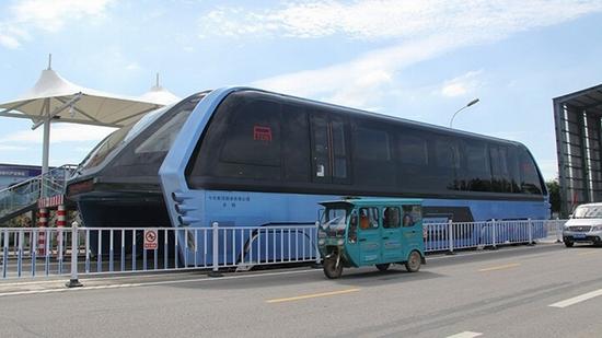 Du khách háo hức chiêm ngưỡng xe buýt bay - Ảnh 2.