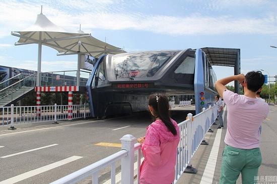 Du khách háo hức chiêm ngưỡng xe buýt bay - Ảnh 1.