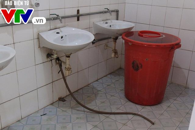 Hà Nội: Nhà vệ sinh trường tiểu học xuống cấp nghiêm trọng - Ảnh 4.
